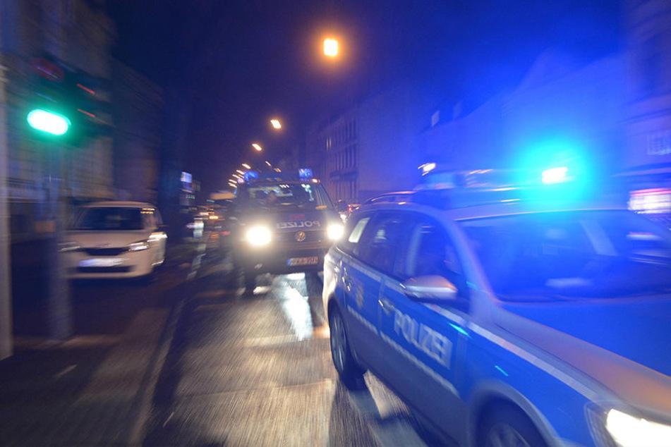 Einer der Beamten wurde ebenfalls angefahren, seine Kollegin erlitt einen Schock. (Symbolbild)