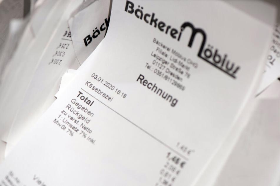 """In den Bäcker-Filialen stapeln sich die """"sinnlos"""" ausgedruckten Kassenzettel."""