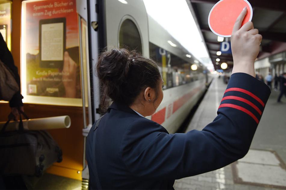 Der Angreifer konnte am nächsten Bahnhof entkommen.