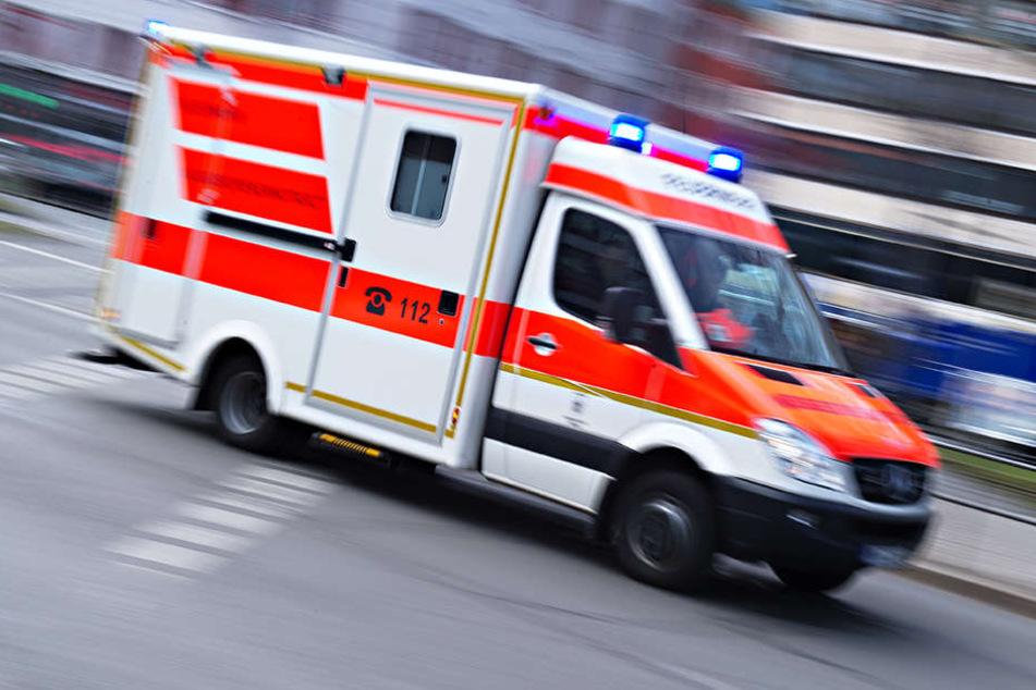Aus noch ungeklärten Gründen rammte ein 51-Jähriger Fahrer einen rechts parkenden Wagen und überschlug sich anschließend.