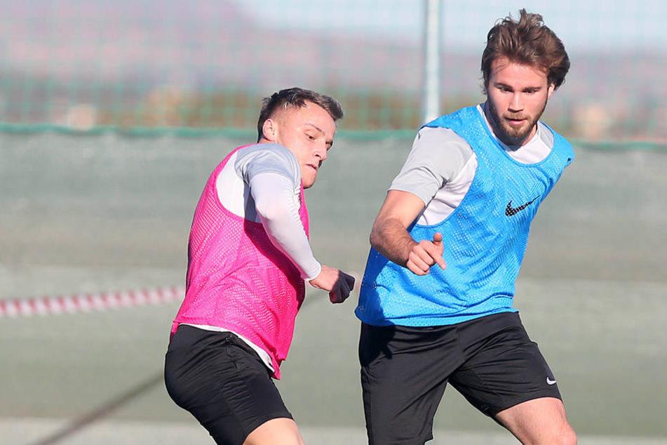 Fran Brodic (r., im Trainingskick vor Mirnes Pepic am Ball) will sich heute in der Testpartie gegen Eintracht Frankfurt für einen Vertrag empfehlen.