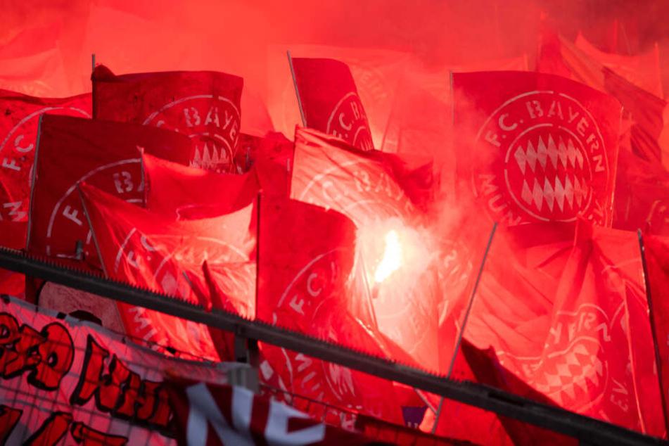 """Nicht nur Schmäh-Spruchbänder, sondern auch eine Pyro-Show: Bayern-""""Fans"""" benahmen sich in Sinsheim daneben."""
