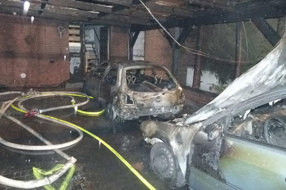 Flammen zerstören Autos und greifen auf Wohnhaus über