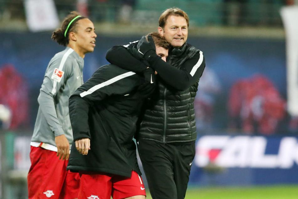 RB-Coach Hasenhüttl herzt den Ex-Stuttgarter Werner nach dem Sieg gegen Mainz 05.
