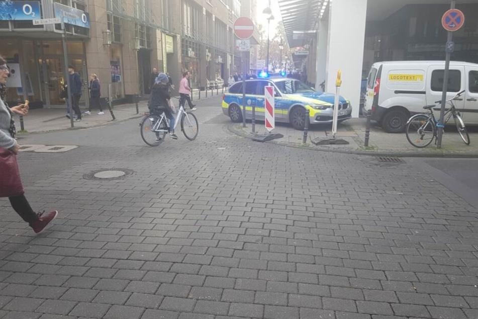 Die Polizei war schnell mit mehreren Einsatzfahrzeugen vor Ort.