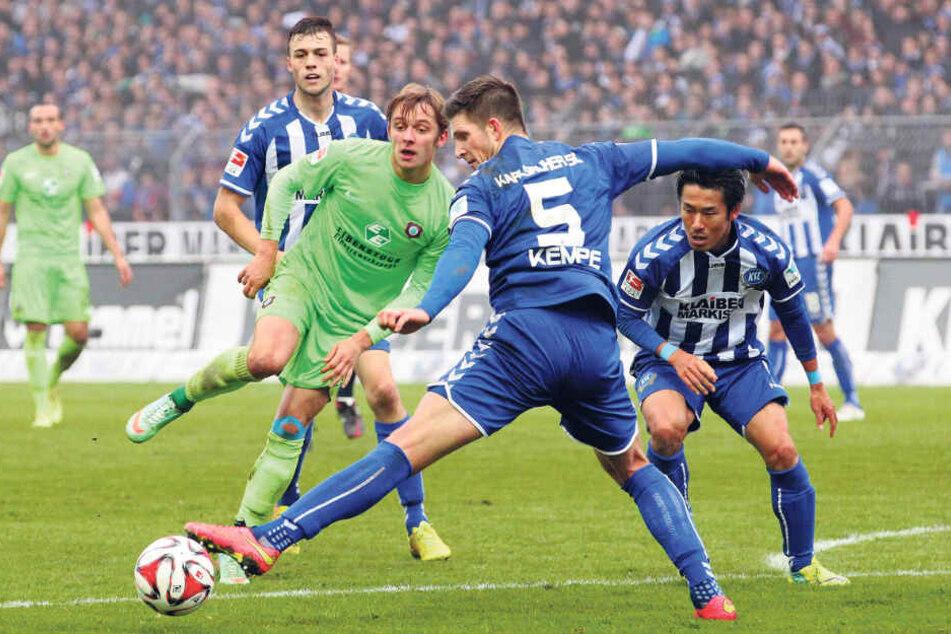 Dennis Kempe (Nummer 5) im November 2014 im Trikot des Karlsruher SC im Duell mit dem damaligen Auer Arvydas Novikovas (l.).