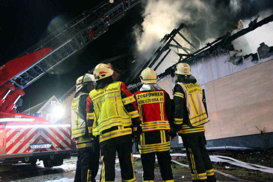 Neun Feuerwehren aus der Umgebung waren bei dem Feuerwehr im Einsatz.