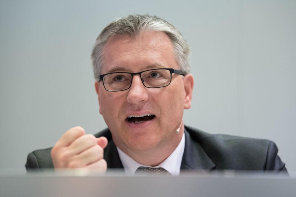 Stefan Kölbl, Vorstandsvorsitzender von Dekra, ballt bei der Bilanzpressekonferenz des Prüfkonzerns die Faust.