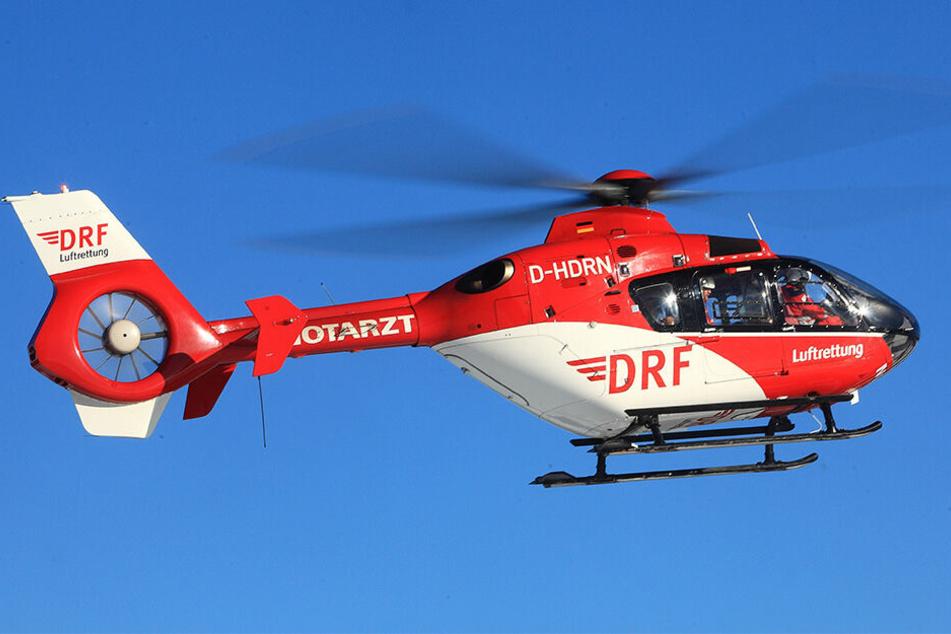 Der schwer verletzte Senior wurde mit einem Rettungshubschrauber in eine Klinik geflogen. (Symbolbild)