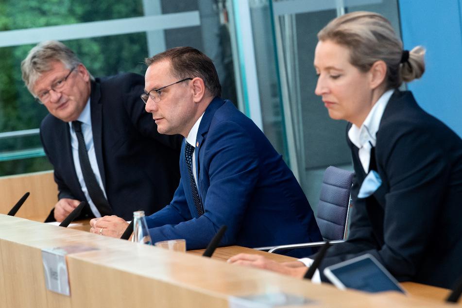 Die AfD-Spitzenkandidaten Tino Chrupalla (46, Mitte), Alice Weidel (42) sowie Bundessprecher Jörg Meuthen (l.) bei einer Bundespressekonferenz.
