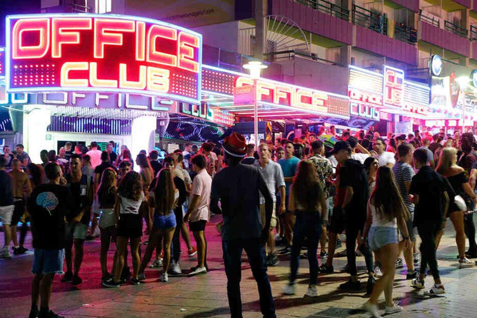 Verrückter sticht mit Messer auf legendärer Mallorca-Partymeile um sich