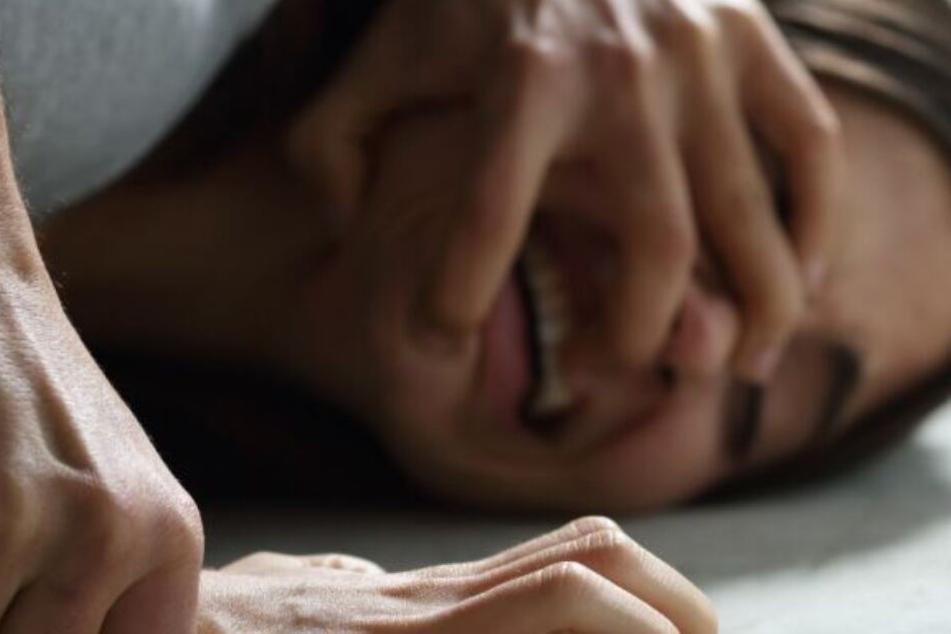 Der 25-Jährige vergewaltigte den Teenager in einem Waldstück. (Symbolbild)