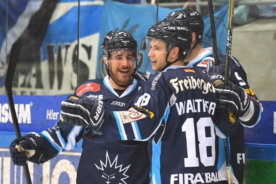 Timo Walther bejubelt einen Treffer mit seinen Mitspielern.