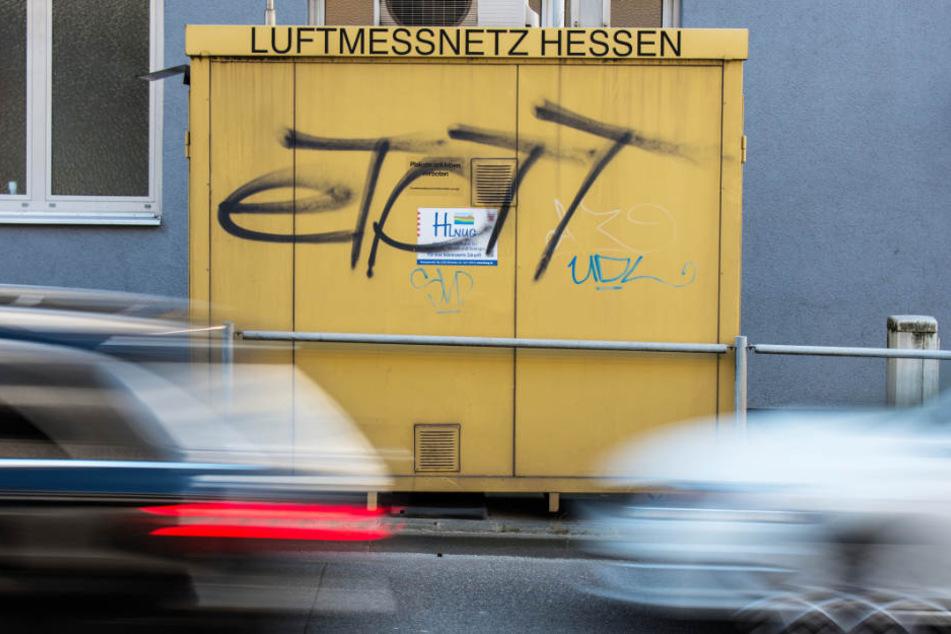 Der Autoverkehr fließt auf der Hügelstraße in Darmstadt an einer Schadstoff-Messstation vorbei.