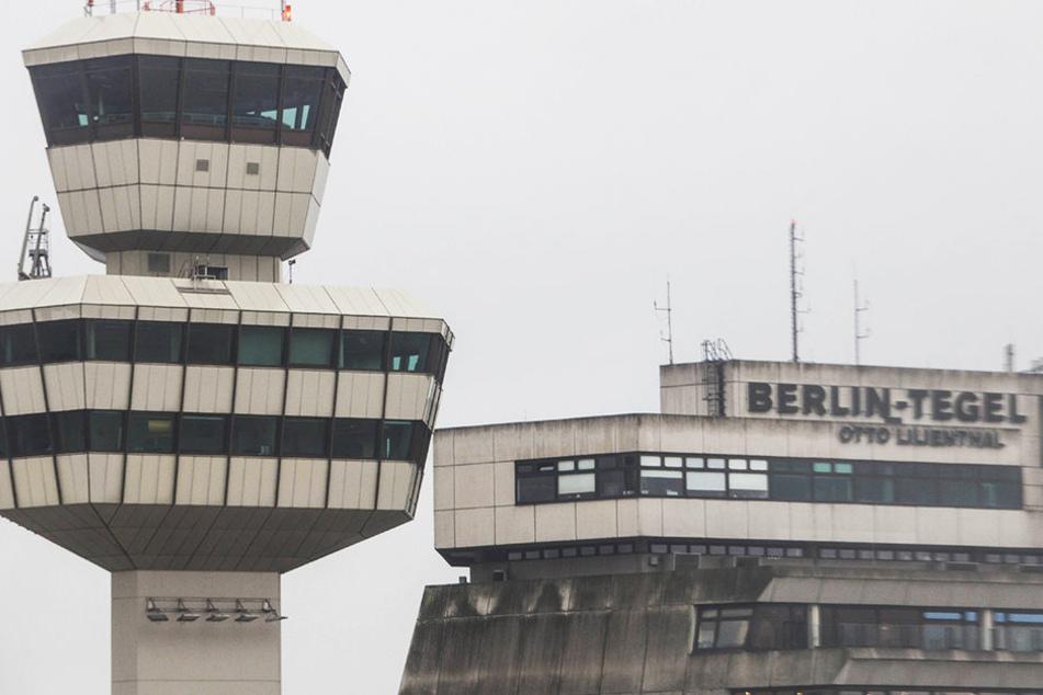 Auf dem Berliner Flughafen Tegel wurde ein Mann aus einer Eurowings-Maschine geholt.