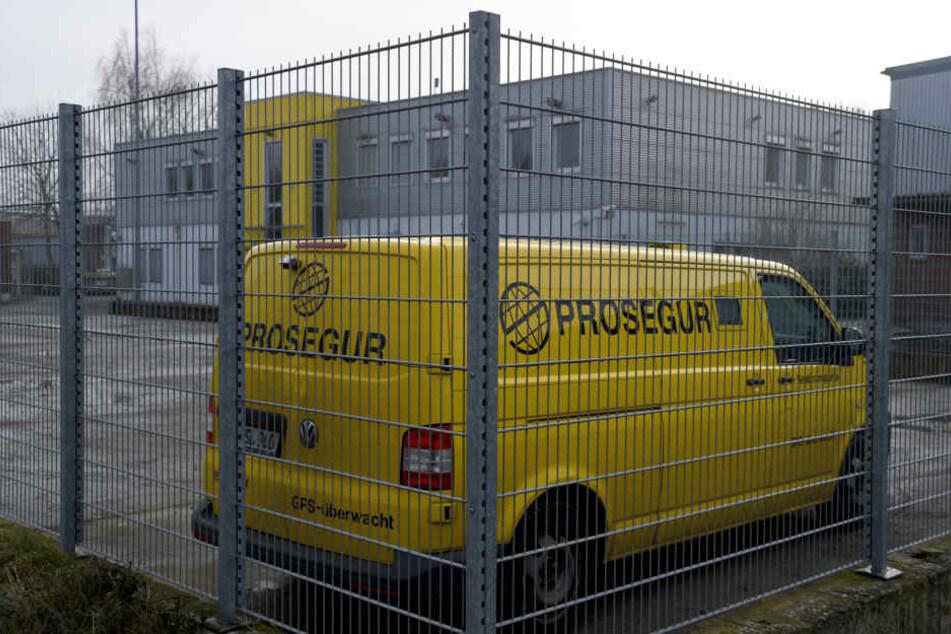 Ein Geldtransporter auf dem Gelände der Firma Prosegur. Aus einem Geldtransporter des Unternehmens sind mehr als zwei Millionen Euro verschwunden.