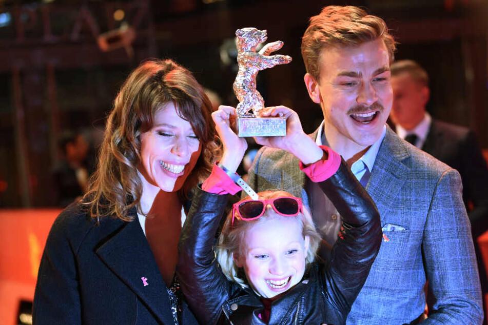 Regisseurin Nora Fingscheidt (von links), Schauspielerin Helena Zengel und Kollege Albrecht Schuch freuen sich über den Gewinn des silbernen Bären.