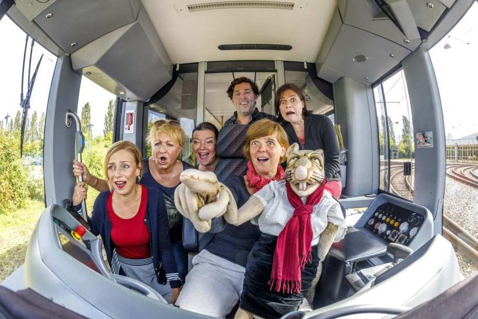 """Fuhren zusammen Straßenbahn (v.l.): Mandy Partzsch (38), Heidi Weigelt (67),  Kati Grasse (48), Oliver Geilhardt (39), Cornelia Fritzsche (53) mit """"Rättin  Ursula"""" und Beate Laaß (54)."""