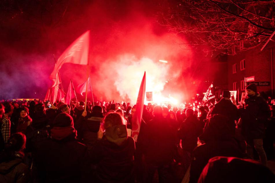 Teilnehmer einer Protestkundgebung des Bündnis gegen Rechts demonstrieren gegen den Parteitag der Hamburger AfD.