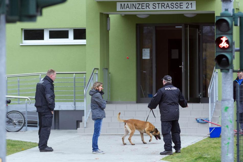 Die Polizei suchte auch vor dem Hochhaus nach Spuren.