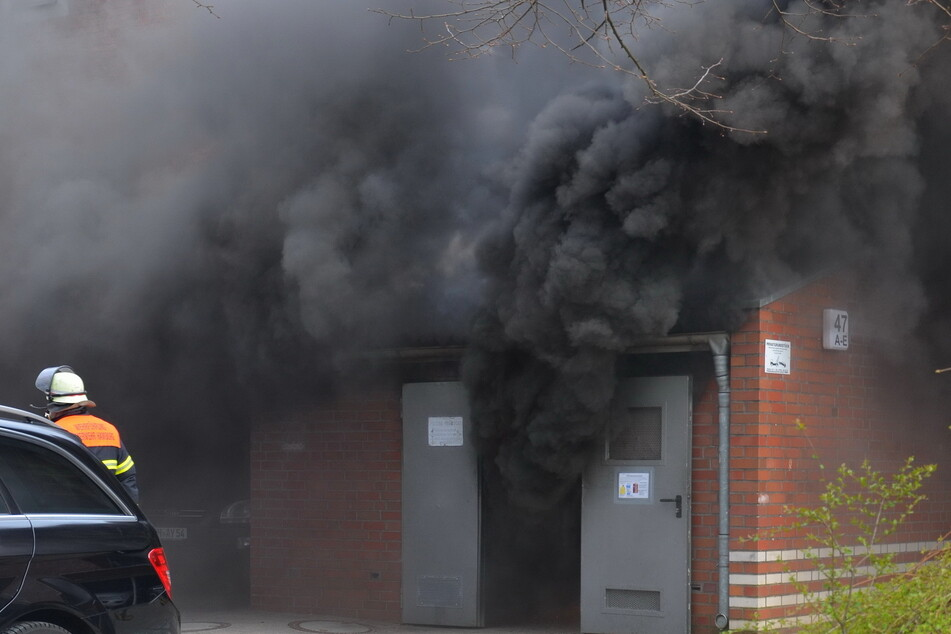 Mülltonnen gehen in Flammen auf: Feuer beschädigt angrenzendes Gebäude