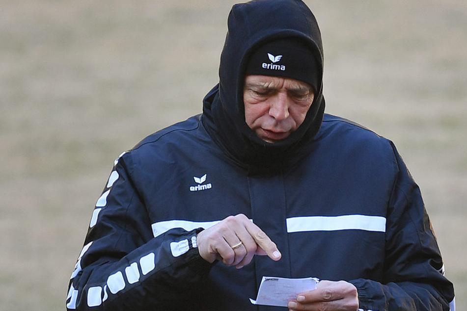 Eins, zwei, drei, .... Dynamo-Coach Uwe Neuhaus hat seine erste Elf schon auf dem Zettel.