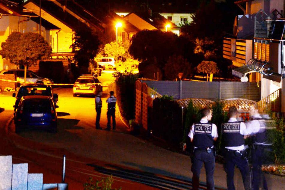 Polizisten sichern den Tatort in Nürtingen, wo die Schießerei stattgefunden hat.