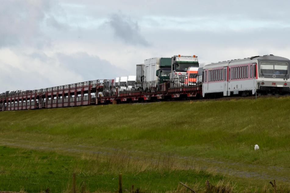 Ein Autozug der Deutschen Bahn fährt auf dem Hindenburgdamm zwischen Sylt und dem Festland.