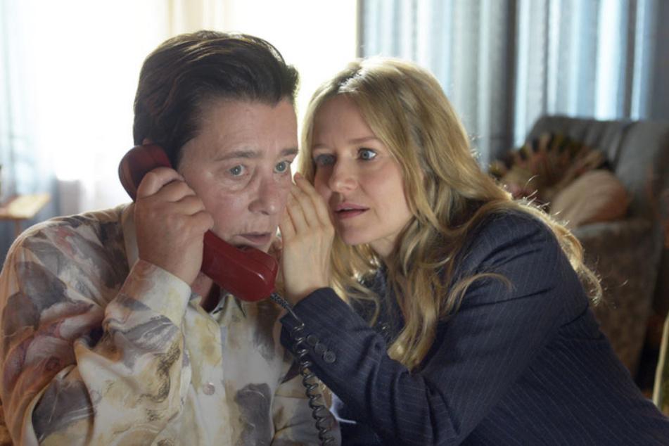 Um den Trickbetrüger zu überführen, locken die Ermittler ihn mithilfe von Hilde Rippelmeier (Cornelia Schmaus) in eine Falle. Linett Wachow (Stefanie Stappenbeck) unterstützt sie bei dem Telefonat.