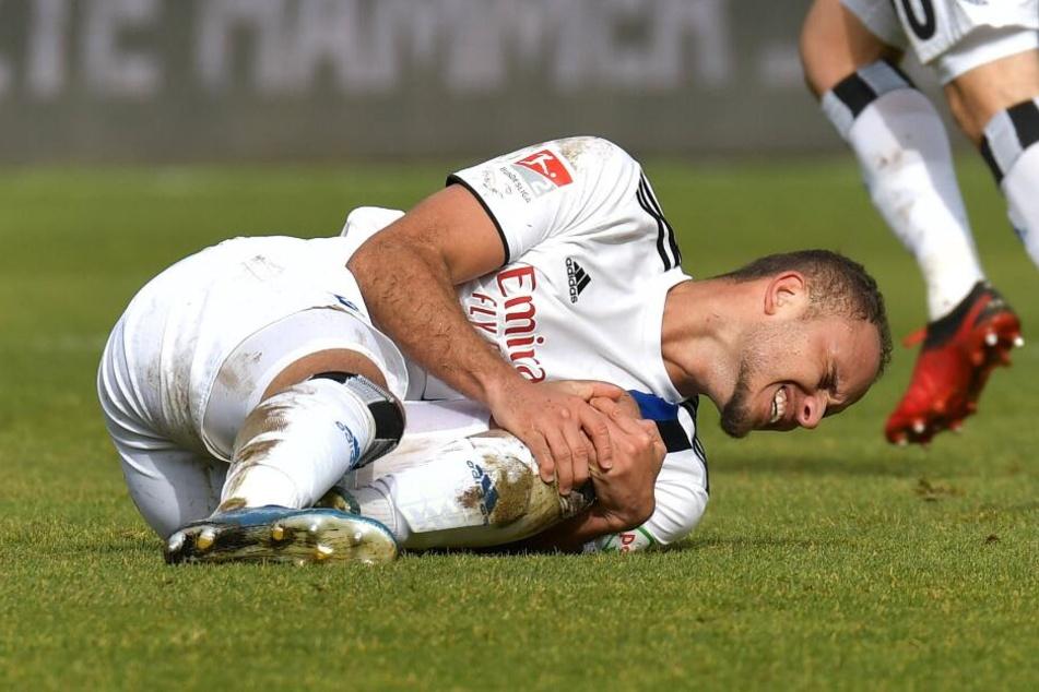 Mit schmerzverzerrtem Gesicht liegt Ewerton auf dem Rasen.