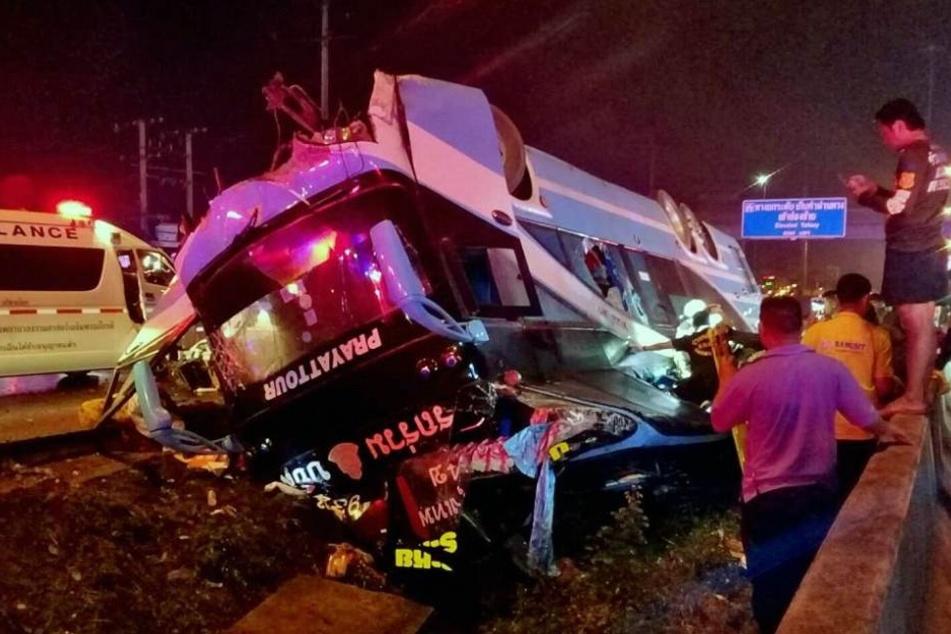 Schweres Busunglück: Sechs Tote und 50 Verletzte