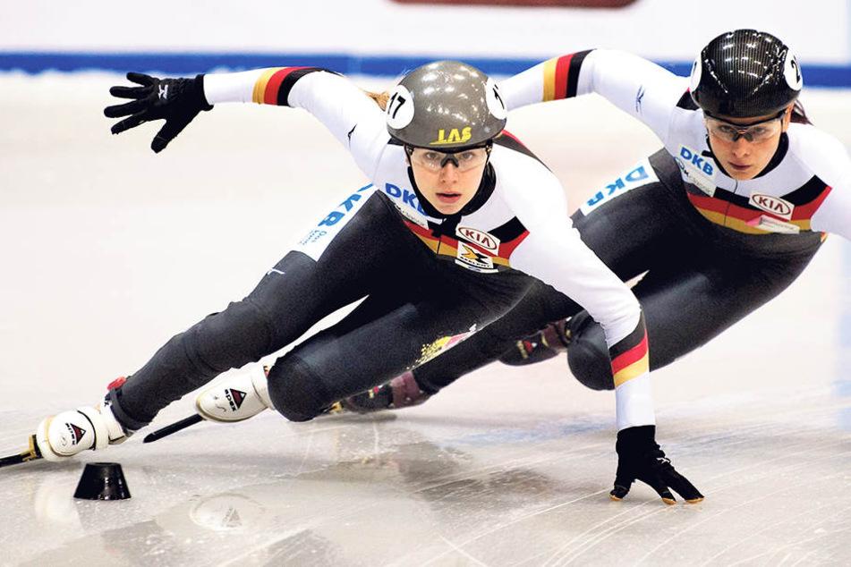 Anna Seidel (l.) und Bianca Walter jagen synchron durch die Kurve: Anna ist Schülerin am Sportgymnasium, musste am Dienstag noch eine Physik-Klausur schreiben.