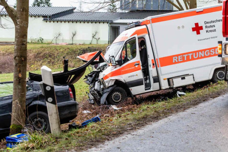 Warum der Skoda auf die Gegenfahrbahn geriet und dann dann mit dem Rettungswagen zusammenstieß, wird jetzt von der Polizei untersucht.
