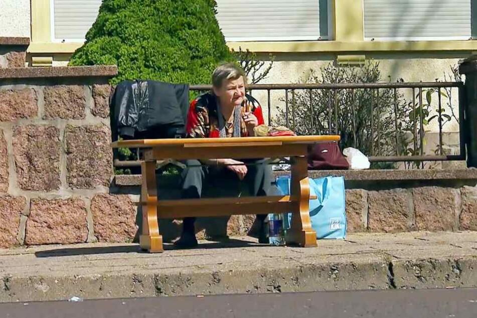 In ihre Obdachlosenunterkunft in der Augustenstraße darf Karin Ritter nur noch von 18 bis 8 Uhr. Den Tag verbringt sie auf der Straße, sieht kettenrauchend in die Ferne.