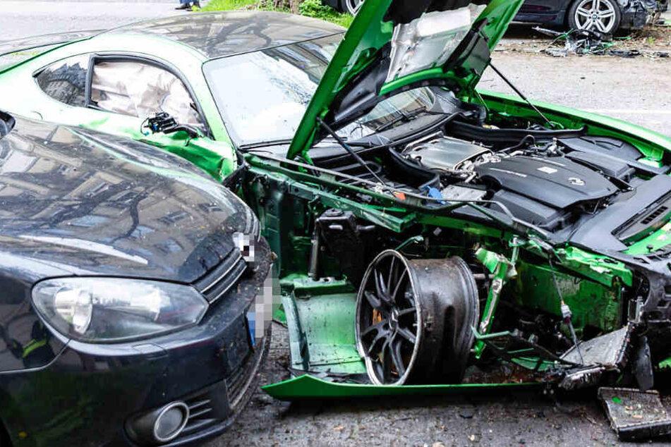 Die rechte Vorderfront des Mercedes wurde völlig zertrümmert.