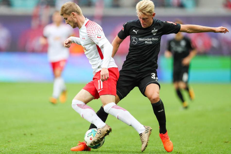Der Ex-Stuttgarter Timo Werner (l) scheitert an Stuttgarts Andreas Beck.