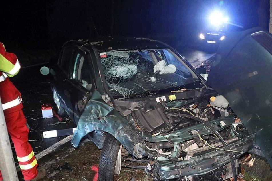 Opel-Fahrer (22) kracht betrunken in Baum und muss schwer verletzt in Klinik