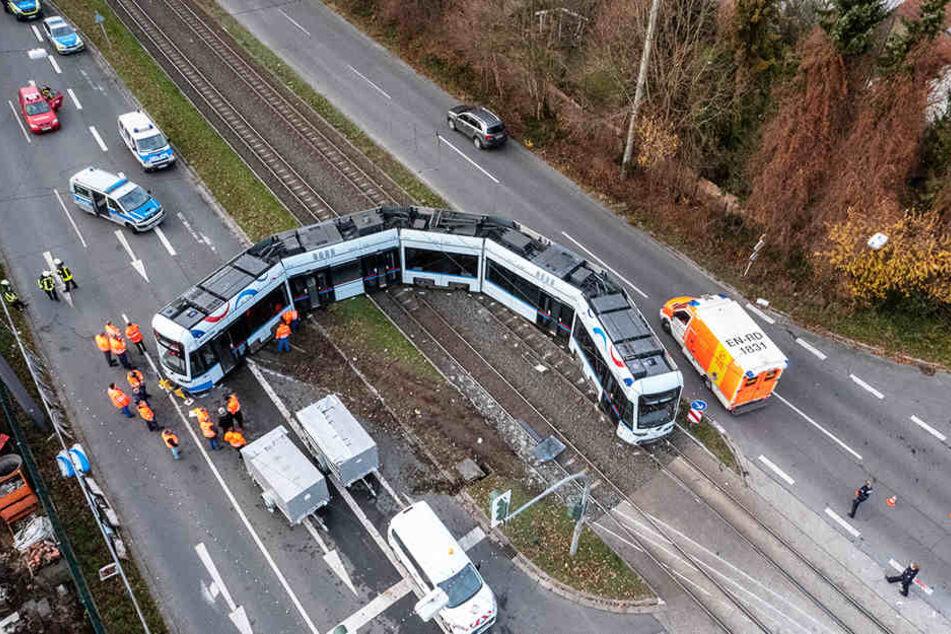 Die Tram wurde durch die Wucht des Aufpralls aus den Schienen gehoben.
