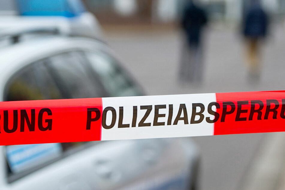 Eine 24-jährige Frau ist in Frankfurt am Main mit einem Messer angegriffen und tödlich verletzt worden.