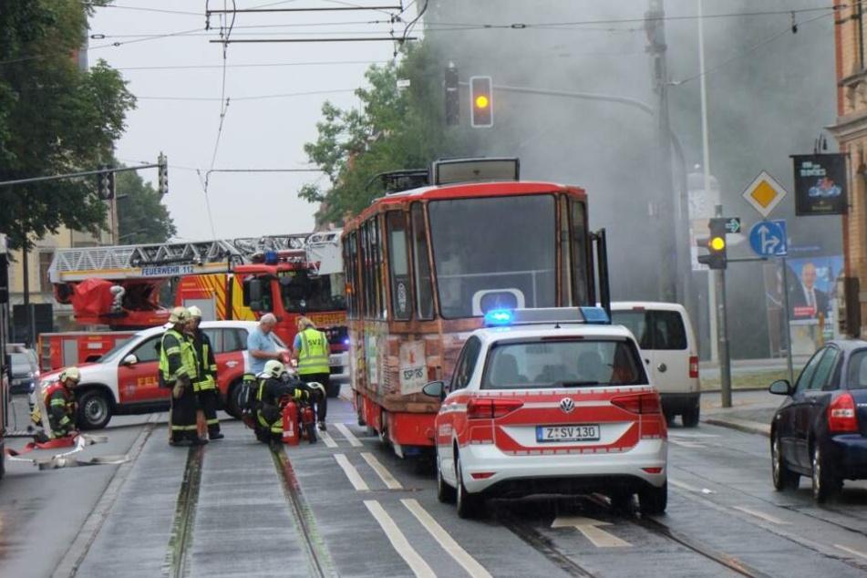 Dunkle Rauchwolke: Straßenbahn-Brand in Zwickau