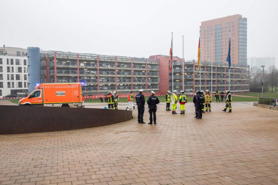 Einsatzkräfte der Feuerwehr prüften die Flüssigkeit und gaben später Entwarnung.