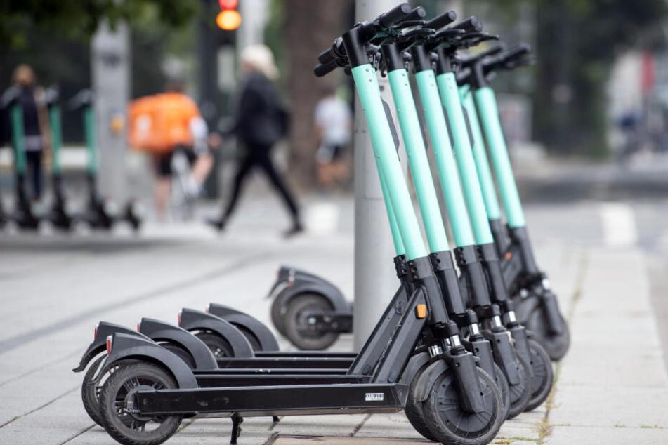 Fast überall in der Innenstadt stehen die E-Scooter bereit (Symbolfoto).