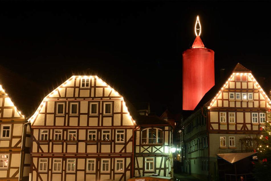 """Hoch über den Dächern von Schlitz erstrahlt in der Adventszeit die gewaltige """"Kerze"""" (Archivbild)."""