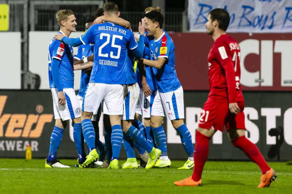 Nach ihrem 2:1-Sieg jubeln die Kieler Spieler.