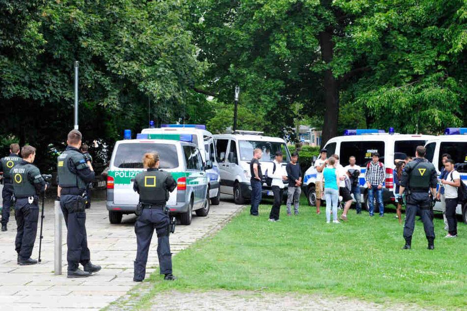 Der Stadthallenpark ist ein beliebter Ort für Drogendealer und Schläger, bisher wurde dagegen mit Razzien vorgegangen.
