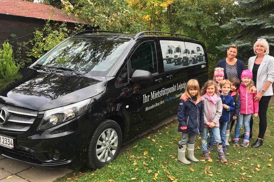 """Vereins-Chefin Ines Walther (62) und besonders die Kinder von """"Kleine Hände"""" freuen sich über den kostenlosen Leihbus."""