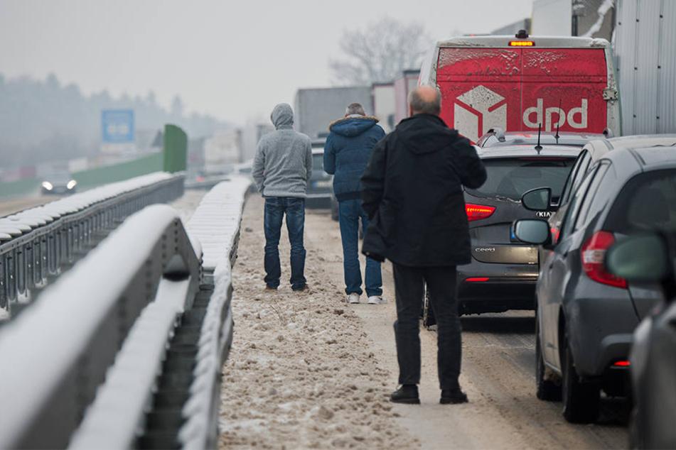 Autos bleiben im Schnee stecken! A2 mehrere Stunden dicht