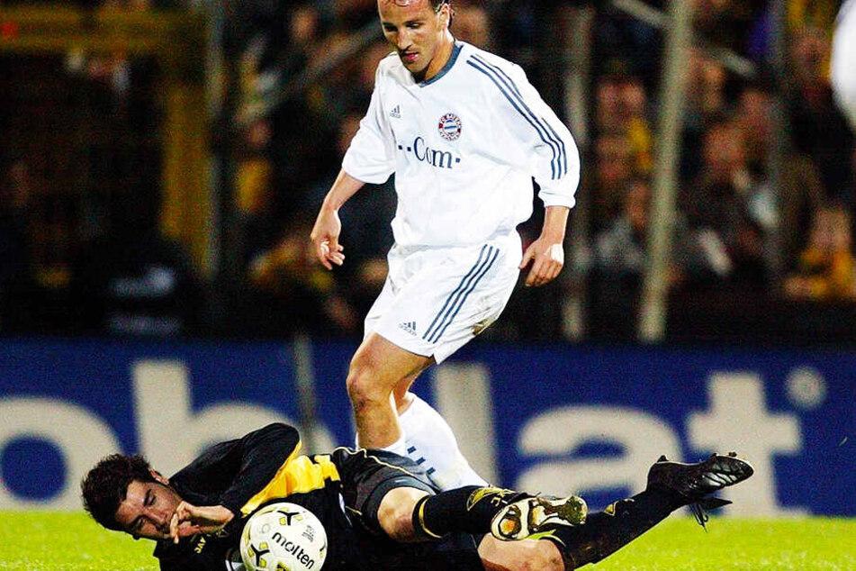DFB-Pokal-Viertelfinale 2004: Am Boden liegend versucht der Aachener Cristian Fiel, Bayerns Jens Jeremies zu stoppen. Der krasse Außenseiter entzauberte die großen Münchner, gewann mit 2:1.