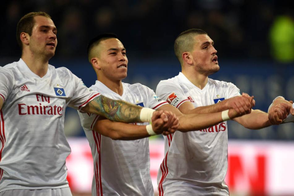 Kyriakos Papadopoulos (r) und Bobby Wood (Mitte) wollen in der Bundesliga bleiben. (Archivbild.)