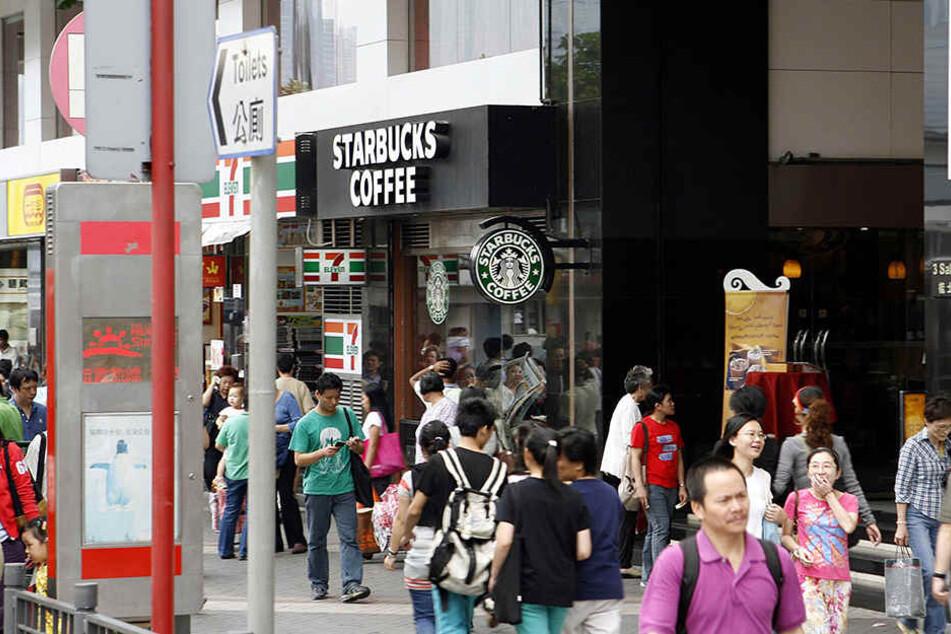 In einem Starbucks in Hongkong wurde ein Mann während der Flut zum Held.